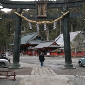 Agnès sous le Torii de l'entrée du temple Futarasan-jinja à Nikko. Il est immense !