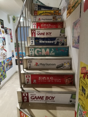 Les escaliers pour accéder au superpotato d'Akihabara mettent dans l'ambiance avant la boutique