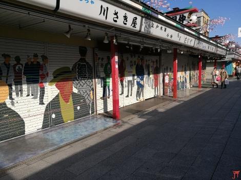 les boutiques de la Nakamise Street à Asakusa, rideaux fermés c'est aussi séduisant, pas vrai ?