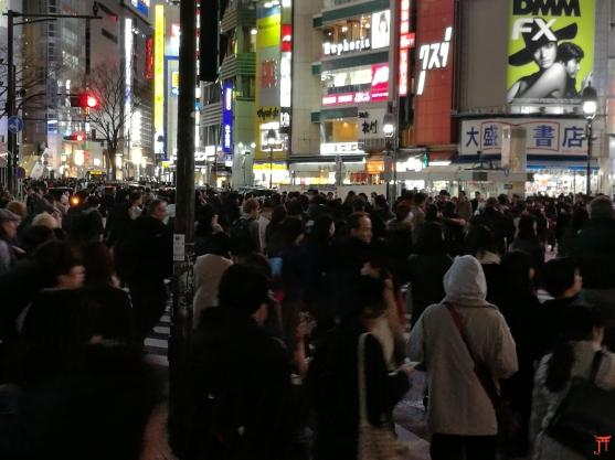 Qu'est-ce qui est noir de monde et qui est super connu à shibuya ?.... Le Shibuya Crossing, photo prise le 9 mars 2017