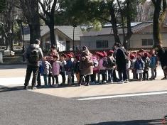 Un groupe d'écoliers tout mignons en sortie au zoo du parc Ueno