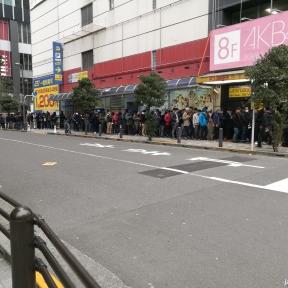 Ce jour là, 9h du matin déjà une longue file d'attente pour l'accès au Pachinko à Akihabara.