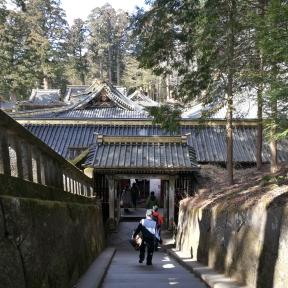 Nikko : Ici en descendant du tombeau de Leyasu, les majestueux toits gris