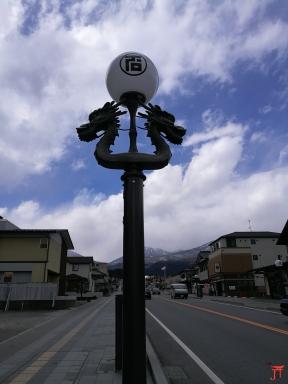 On revient un peu sur Nikko, regardez moi ce lampadaire superbe avec une belle vue en fond !
