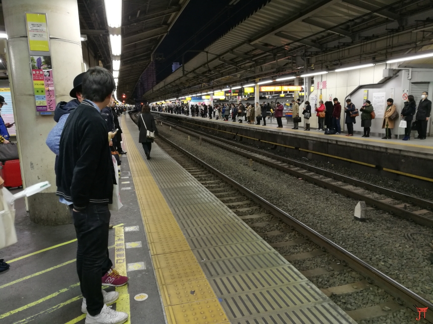 L'immense gare de shinjuku tous disciplinés sauf une personne, cherchez l'intrus !!