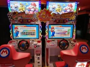 Mario Kart 8 Deluxe est sorti mais nous avons tester Mario Kart sur borne d'arcade à Tokyo. Génial !!