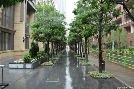 Tsukishima sous la pluie, en direction de la rue Monja où l'on mange de succulents monjayaki.