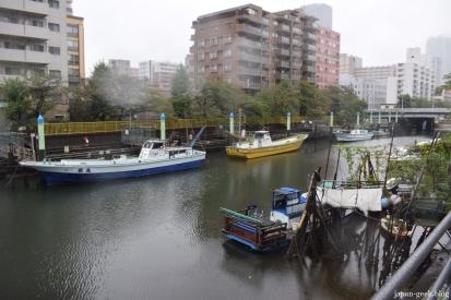 Une petite île artificielle incroyable au bord de l'eau et plein cœur de la capitale nippone.
