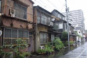 Exemple typique de vieilles maisons entourées de gros bâtiments modernes.