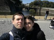Mars 2017, sous un temps printanier à Tokyo nous avons immortalisé notre visite devant le palais impérial par un petit selfie